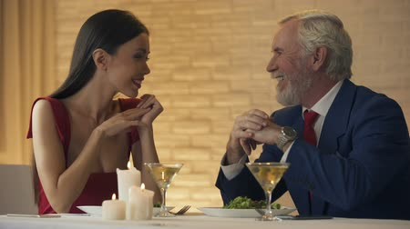 taniec : Old man inviting young girlfriend for dance, romantic evening in restaurant