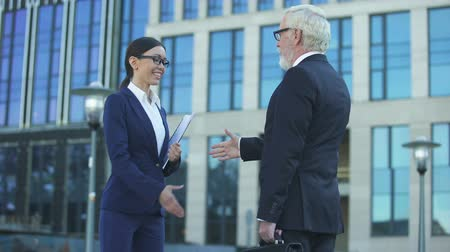negotiate : Man and woman in official clothes shaking hands, sign of cooperation, contract Stock Footage