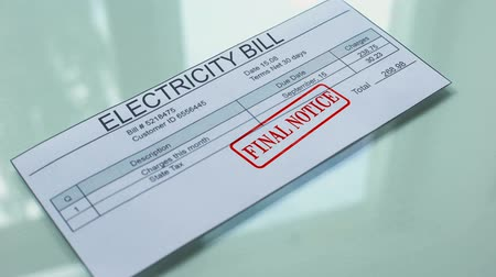 despesas gerais : Electricity bill final notice, hand stamping seal on document, payment, tariff