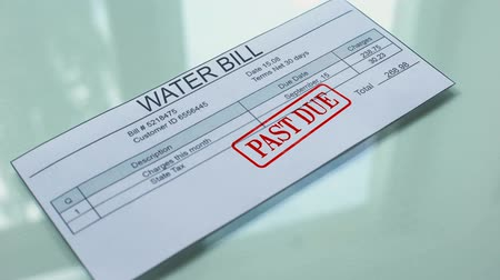 despesas gerais : Water bill past due, hand stamping seal on document, payment for services