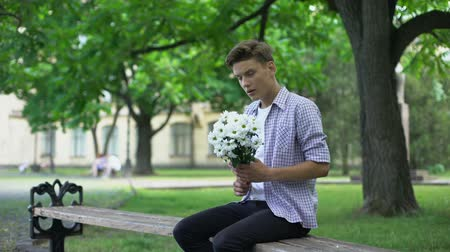 nyomasztó : Nervous teen waiting for girlfriend with flowers, leaving bouquet, failed date