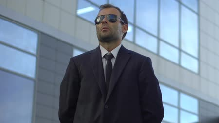 job transfer : Male security in suit monitoring safeness of district, personal vip bodyguard Stock Footage