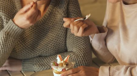 engorda : Women enjoying dessert together, tempted by sweets and refuse to diet, closeup