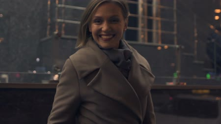 életmód : Happy woman in her 30s smiling on street, enjoying night urban life, style