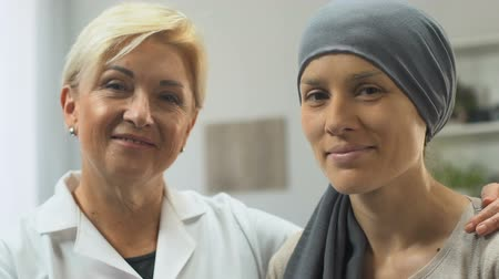 rekomendacja : Portrait of oncologist and cancer patient, professional assistance, remission Wideo