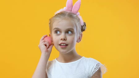 saç bantı : Pretty little girl in cute headband shaking egg and listening to sound, fun