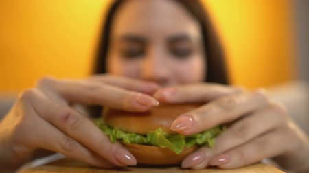 snoepen : Person serves burger to hungry girl, female eating with greed and appetite