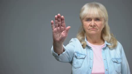 související : Dissatisfied senior woman showing stop gesture, age-related illnesses prevention