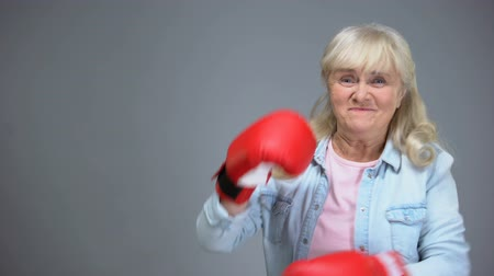 幼稚な : Funny granny pretending to box, overcoming difficulties, success concept, health