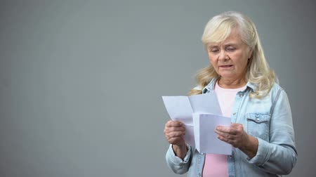 yazışma : Unhappy elderly woman reading letter, receiving bad news, health test results