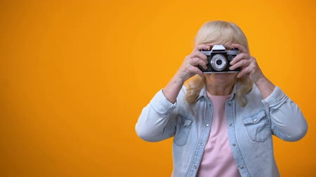 dinlenmek : Happy smiling retiree woman taking photo, hobby and relaxation, leisure time Stok Video