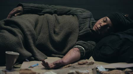 шприц : Drug abused homeless sleeping on dirty street, overdose concept, addiction