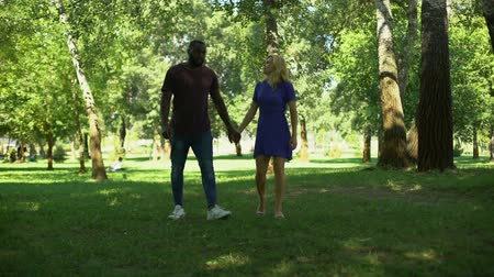 ajoelhado : Surprise engagement in park, kneeling man makes proposal with ring, happy couple