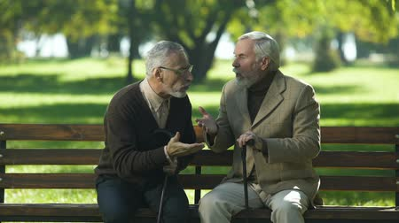 olvidar : Two old men emotionally talking and arguing, disagreement and misunderstanding Archivo de Video