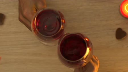 повод : Couple clinking wine glasses during romantic evening, be my valentine, top view