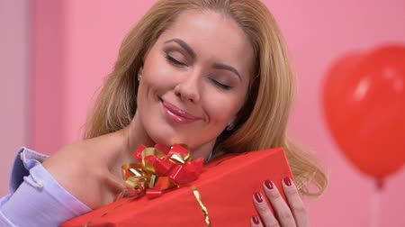 liefdevol : Portrait of happy lady hugging gift from her loving boyfriend on Valentines day