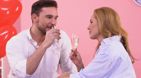 íntimo : Handsome man drinking wine and kissing beautiful woman, romantic atmosphere