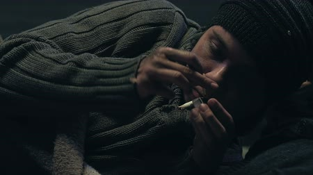 zanedbaný : Irritated homeless man fails to light cigarette, addiction to smoking, closeup