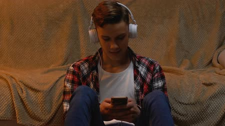 wi fi : Teenager listening to music and using smartphone, leaving review of new album Vídeos