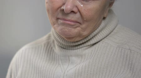 chemioterapia : Incurably ill senior lady taking pill and crying, unable to overcome suffering