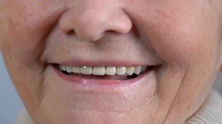 насаждение : Elderly woman smiling to camera with good healthy teeth, dentistry and oral care Стоковые видеозаписи