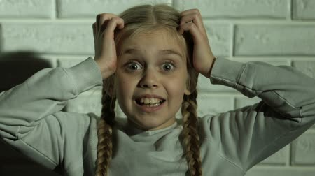 кричать : Scared girl screaming holding head with hands, psychological trauma, nightmare