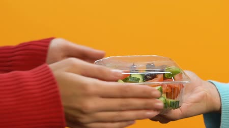 nutrientes : Female hands taking plastic box with vegetable salad, takeaway meal, dieting Vídeos