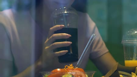 adoçante : Woman eating fresh salad and drinking sweet carbonated drink, sugar addiction Vídeos