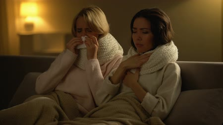 zsebkendő : Ill women lying with scarfs in bed, hardly coughing and sneezing, flu virus