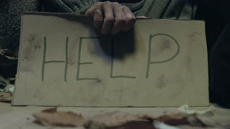 пожертвование : Beggar holding Help sign, problem of poverty and homelessness on city streets