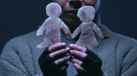 göçmen : Teen beggar hugging little paper men, dreaming of parents and better life
