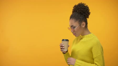 навынос : Afro-American hipster girl drinking delicious coffee to-go, enjoying taste Стоковые видеозаписи