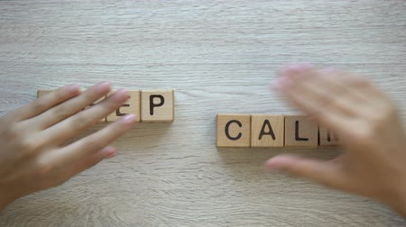 успокаивающий : Keep calm, hands pushing words on wooden cubes, positive thinking and motivation Стоковые видеозаписи