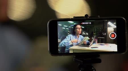 enorme : Female video blogger recording giveaway video, showing dollar cash to camera Vídeos