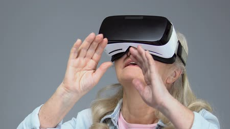 amadurecer : Mature woman wearing virtual reality headset, entertainment device, innovation