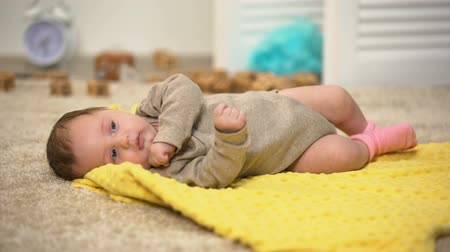 закалки : Adorable newborn baby girl on blanket, muscular development, daytime activity