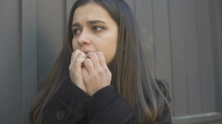 stres : Girl suddenly feeling uncontrolled attack of fear in street, mental disorders