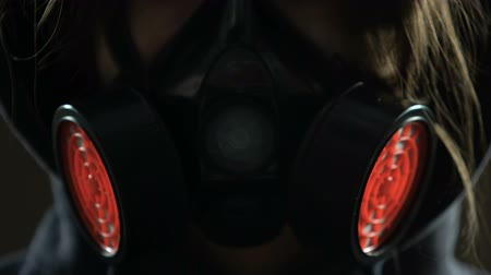 acidente : Light blinking on face of woman in respirator, gas outflow, biological weapons Stock Footage