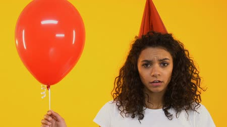 меланхолия : Upset teenage girl holding balloon, feeling lonely on birthday party, no friends Стоковые видеозаписи
