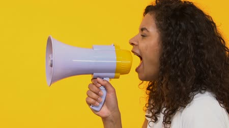 объявлять : Attractive female shouting megaphone, breaking news, loudspeaker announcement