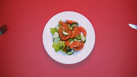 servido : White table with salad and cutlery rotating on bright background, table setting Stock Footage