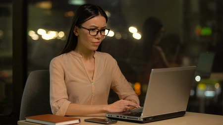 erros : Frustrated woman working on laptop, nervous about mistakes, stressful job