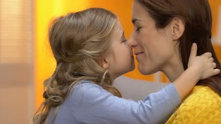 anne : Happy mother and joyful daughter nuzzling and laughing, having fun together Stok Video