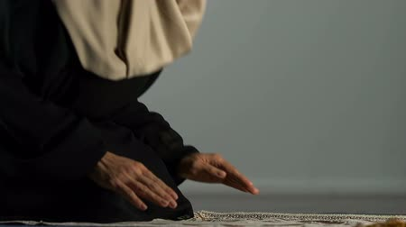 ajoelhado : Muslim female sitting on praying rug