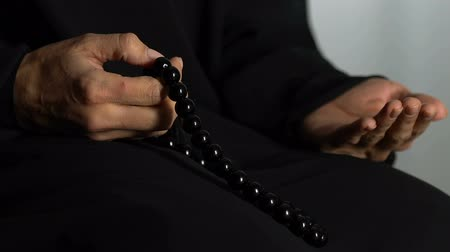 церемониальный : Hands of woman in hijab counting islamic beads and praying in mosque, religion