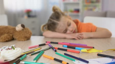 детский сад : Exhausted preschooler sleeping desk, boring class, elementary school education Стоковые видеозаписи