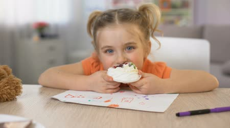 laktóz : Adorable female child eating sweet cream cake sitting table, childhood happiness