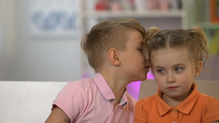 travessura : Boy whispering to girl, telling lies to innocent small sister, brother pranking Vídeos
