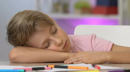 усталый : Boy sleeping at table, tired after painting, dreaming to become famous artist Стоковые видеозаписи