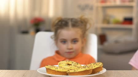 rosquinhas : Happy children eating doughnuts with great desire, unhealthy nutrition habits Stock Footage